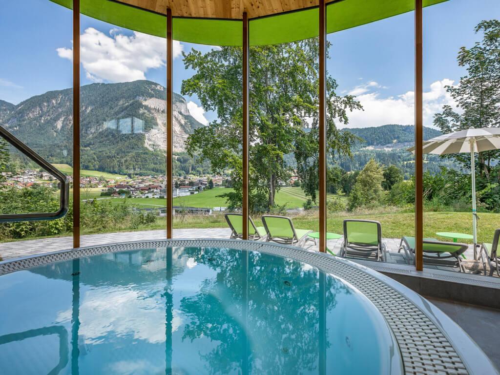 Whirlpool mit Ausblick auf die Tiroler Berge